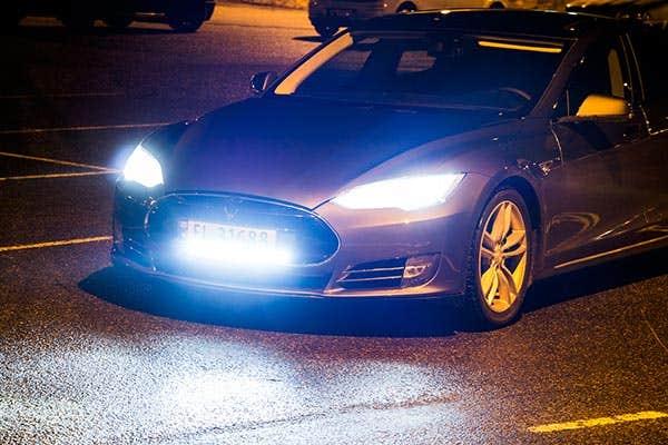 Rigid SR20 LED ekstralys på Tesla – Få bedre fjernlys
